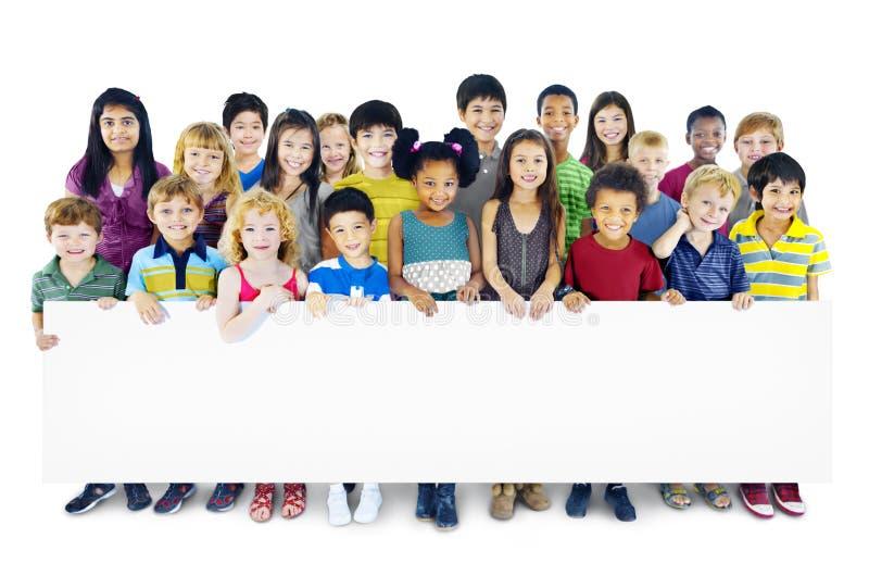 Begrepp för mångfald för lycka för kamratskap för barnungebarndom royaltyfri fotografi