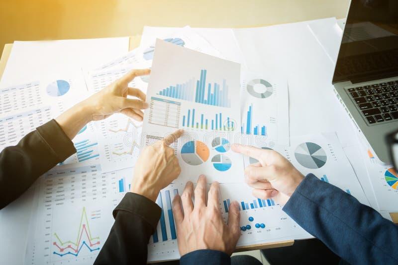 Begrepp för möte för marknadsföringsanalyslag Ung affärsmanbesättning royaltyfria bilder