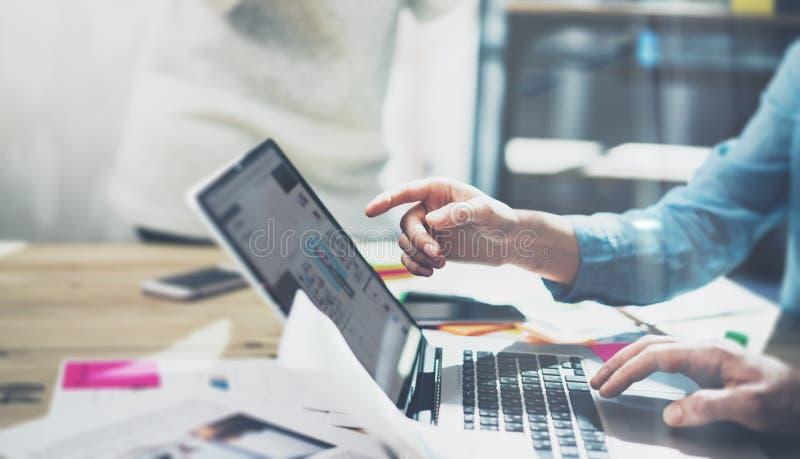 Begrepp för möte för marknadsföringsanalyslag Ung affärsmanbesättning som arbetar med nytt startup projekt i modern studio Generi arkivbild