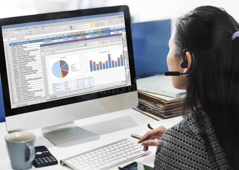 Begrepp för mapp för rapport för räknearkmarknadsföringsbudget arkivfoton