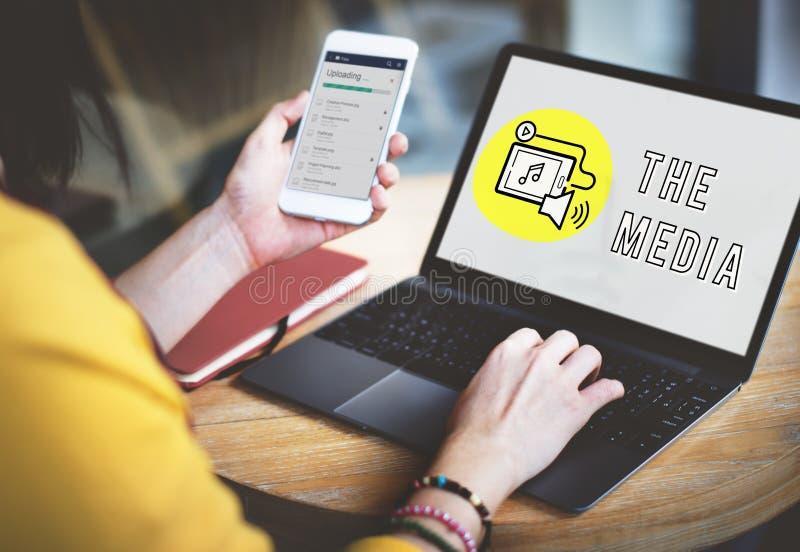 Begrepp för massmedia för PodcastDigital apparat socialt arkivfoton