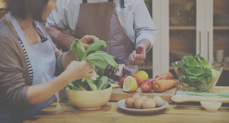 Begrepp för matställe för förberedelse för familjmatlagningkök royaltyfri bild
