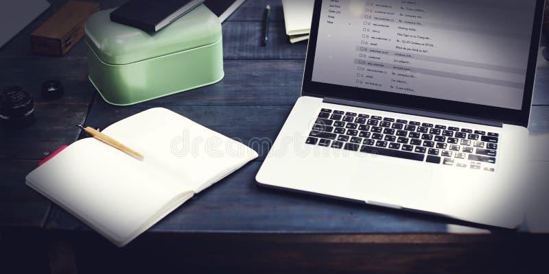 Begrepp för Messaging för kommunikationsöverensstämmelseEmail online- royaltyfri foto