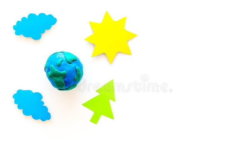 Begrepp för miljöskydd Plastiline symbol av planetjord och solen, moln, trädcoutout på den vita bakgrundsöverkanten arkivfoto