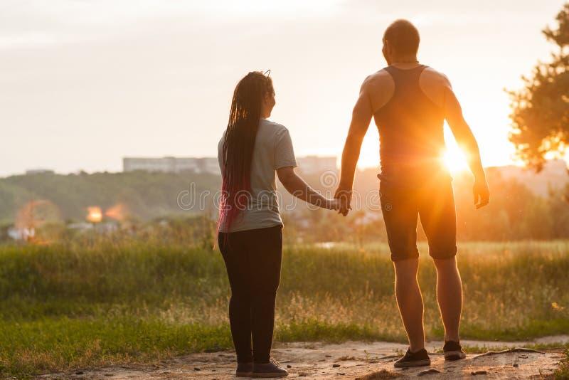 Begrepp för natur för händer för förälskelseparhåll tillsammans royaltyfri foto