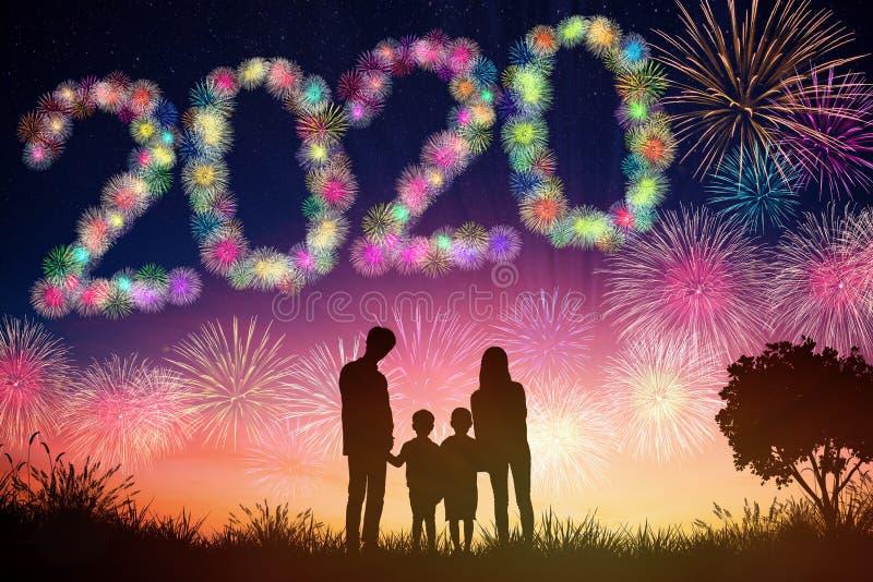 begrepp för nytt år 2020 hållande ögonen på fyrverkerier för familj på kullen royaltyfria foton