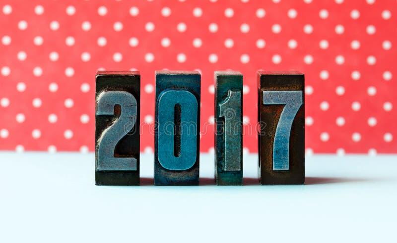 Begrepp för nytt år 2017 Skriftlig kulör tappningboktryck för siffror red för bakgrundsprickpolka royaltyfria bilder