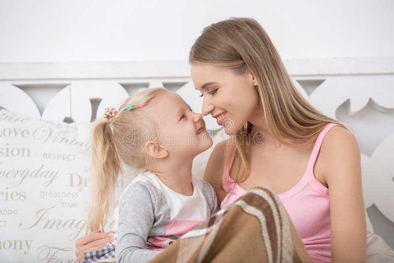 Begrepp för omsorg för förälskelse för moder- och barnbarnuppfostranmoderskap royaltyfria bilder