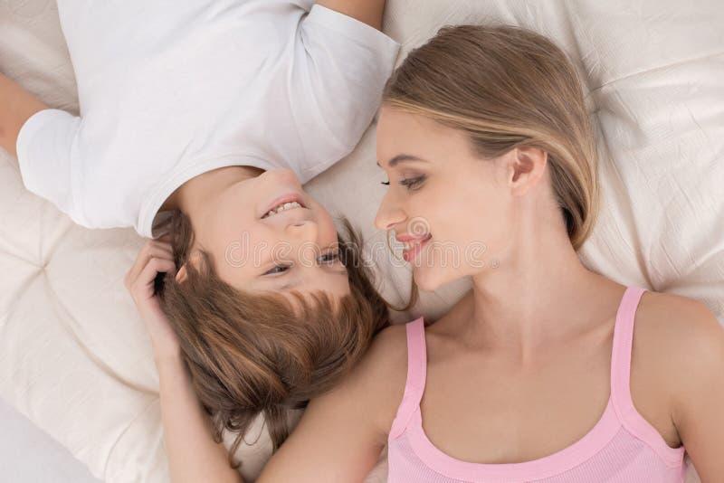 Begrepp för omsorg för förälskelse för moder- och barnbarnuppfostranmoderskap arkivbild