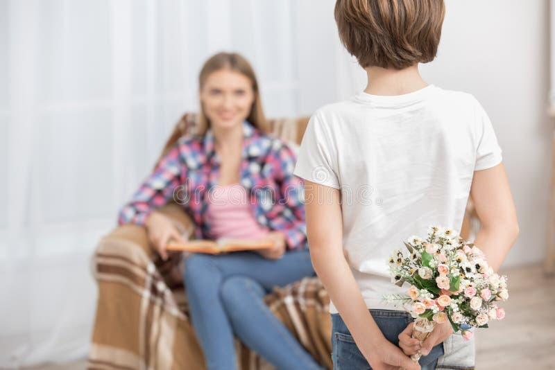 Begrepp för omsorg för förälskelse för moder- och barnbarnuppfostranmoderskap royaltyfri bild