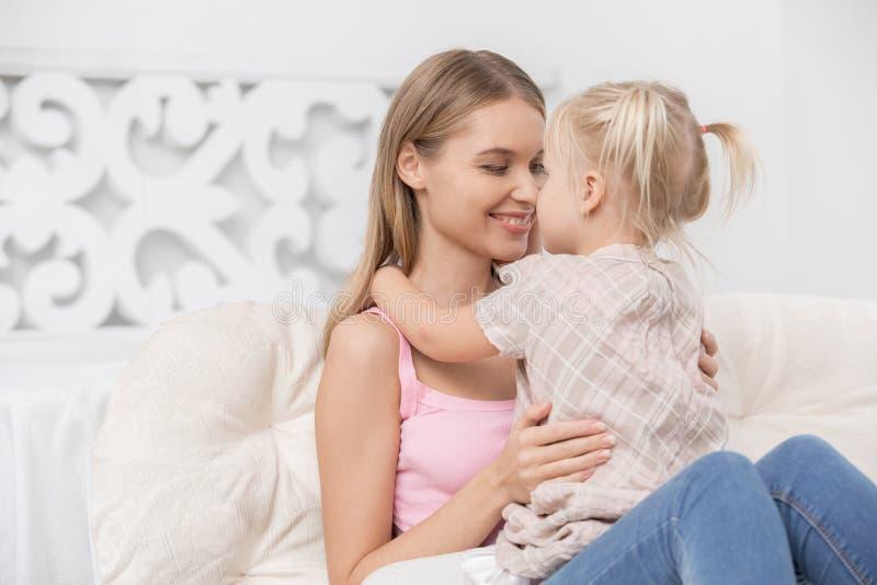 Begrepp för omsorg för förälskelse för moder- och barnbarnuppfostranmoderskap royaltyfri foto