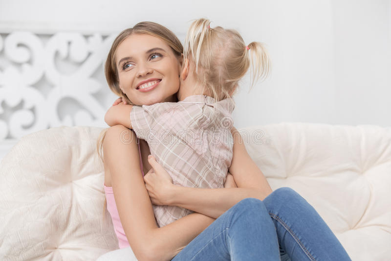 Begrepp för omsorg för förälskelse för moder- och barnbarnuppfostranmoderskap arkivfoto