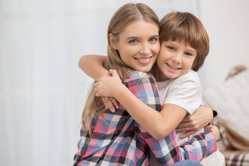 Begrepp för omsorg för förälskelse för moder- och barnbarnuppfostranmoderskap arkivbilder
