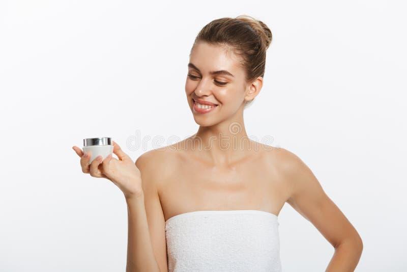 Begrepp för omsorg för skönhetungdomhud - härligt Caucasian innehav för kvinnaframsidastående och framlägga den kräm- rörprodukte arkivbild