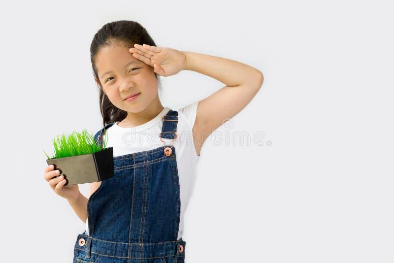 Begrepp för organiskt lantbruk, asiatisk barnbonde, på vit bakgrund royaltyfri fotografi
