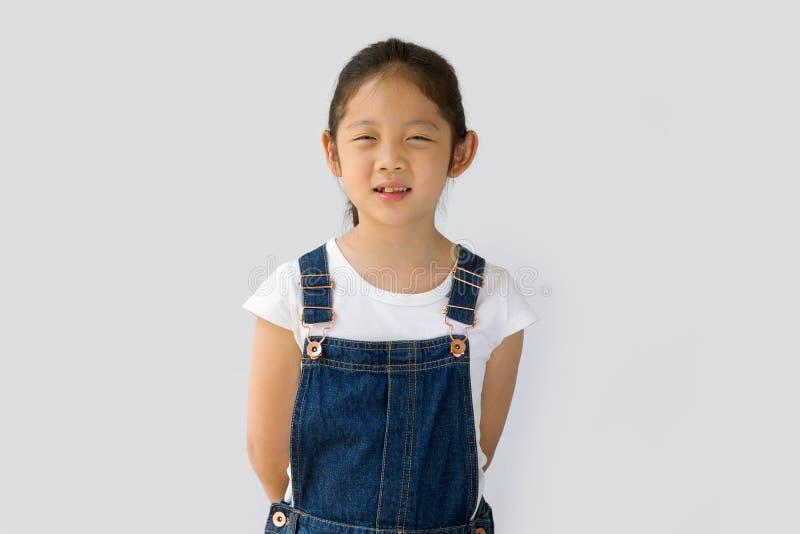 Begrepp för organiskt lantbruk, asiatisk barnbonde, på vit bakgrund arkivfoto