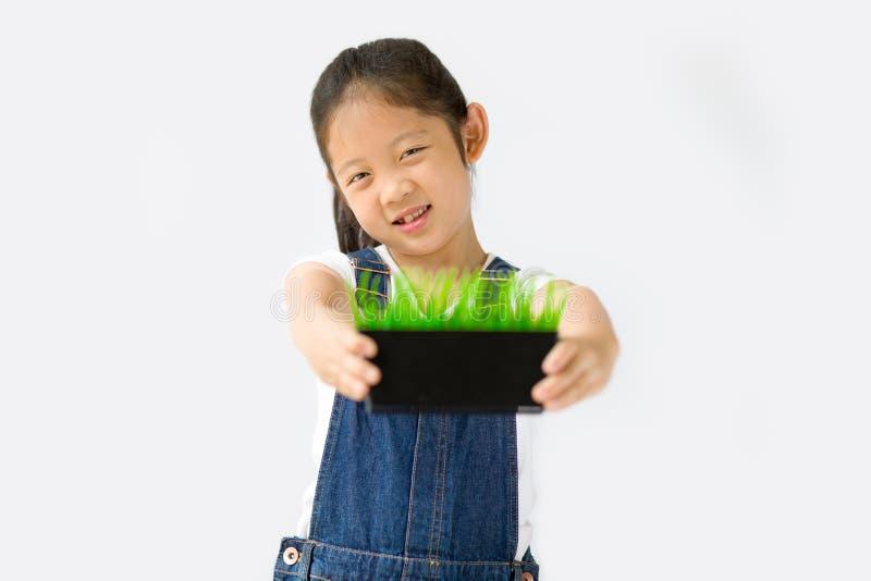 Begrepp för organiskt lantbruk, asiatisk barnbonde, på vit bakgrund fotografering för bildbyråer