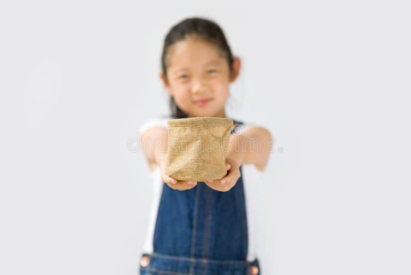 Begrepp för organiskt lantbruk, asiatisk barnbonde, på vit bakgrund royaltyfria foton