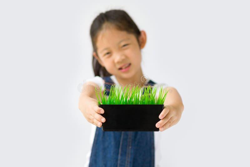 Begrepp för organiskt lantbruk, asiatisk barnbonde, på vit bakgrund arkivbild