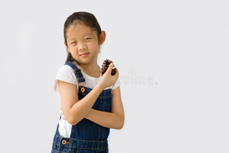 Begrepp för organiskt lantbruk, asiatisk barnbonde, på vit bakgrund royaltyfria bilder