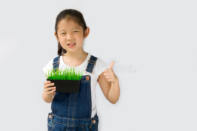 Begrepp för organiskt lantbruk, asiatisk barnbonde, på vit bakgrund arkivbilder