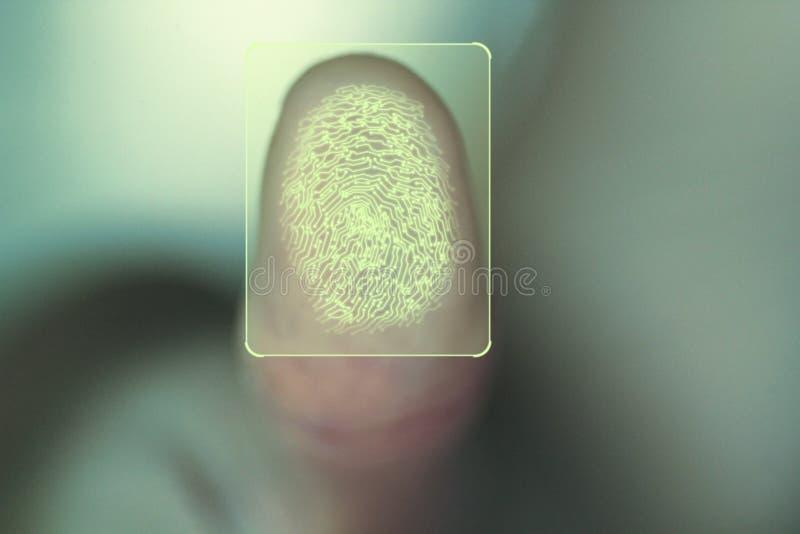 Begrepp för personlig och företags säkerhet genom att använda biometric identitetsfingeravtryckbildläsning arkivfoton