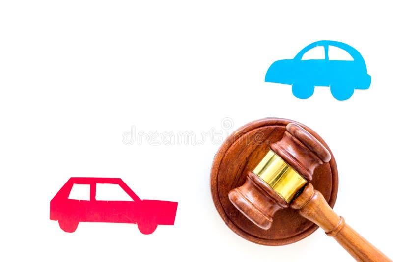 Begrepp för rättegång för bilolycka Två kolliderade bilar nära bedömer auktionsklubban på vitt utrymme för kopian för den bästa s royaltyfri foto