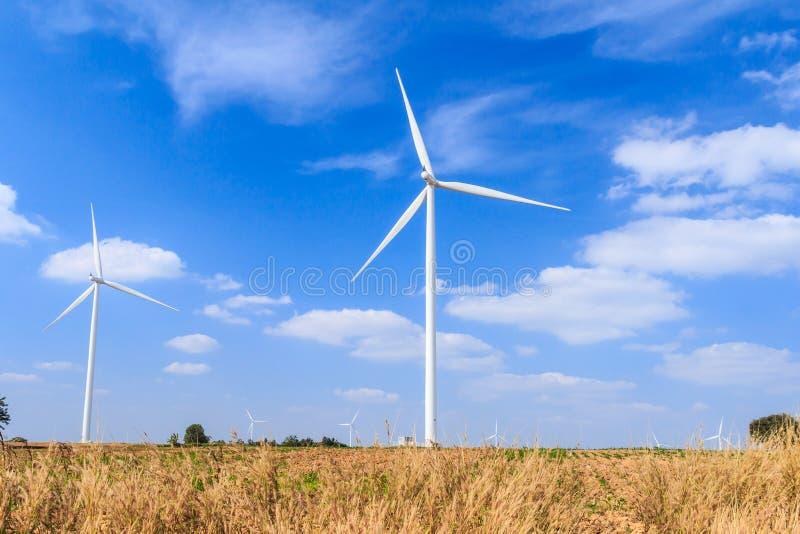 Begrepp för ren energi för vindturbin arkivfoto