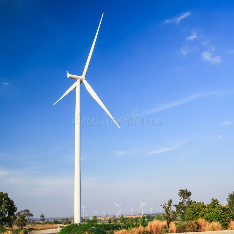 Begrepp för ren energi för vindturbin arkivbilder