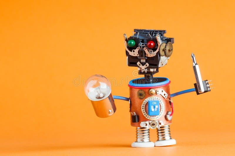 Begrepp för reparationsservice Retro stilrobotfaktotum med skruvmejseln, lampkula Roligt leksaktecken Plast- huvud som är kulört royaltyfri bild