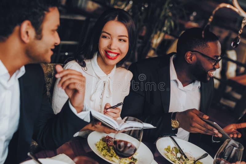 Begrepp för restaurang för möte för matställe för affärsfolk royaltyfri bild