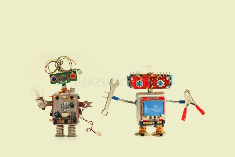 Begrepp för robotknipaservice Räcka skiftnyckelplattångfaktotumet, rolig cyborg med elektrisk tråd för lampkulan Gul bakgrund arkivbilder