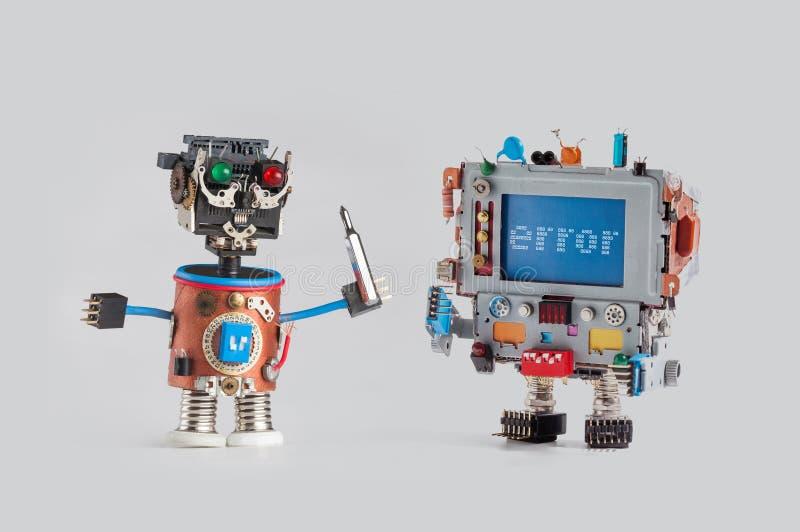 Begrepp för robotreparationsservice Faktotummekanikerarbetaren med skruvmejsel och roboten övervakar datorhuvudet Felvarning fotografering för bildbyråer