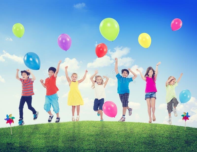Begrepp för rolig för sommar för barnungar sunt beröm för ballong fotografering för bildbyråer