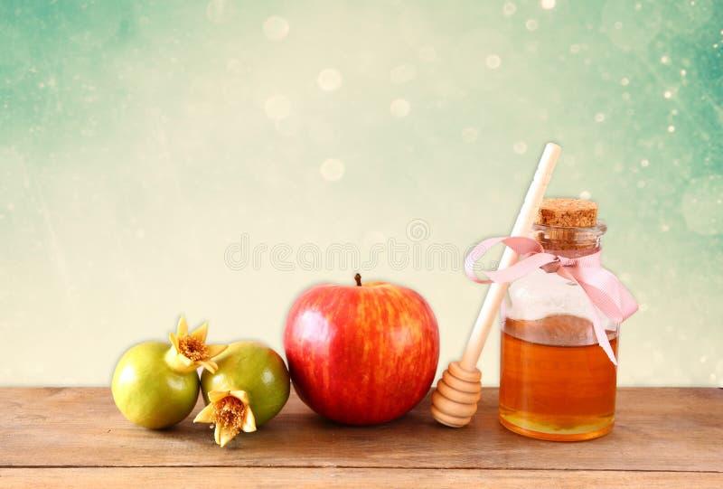 Begrepp för Rosh hashanah (jeweshferie) - honung, äpple och granatäpple över trätabellen traditionella feriesymboler fotografering för bildbyråer