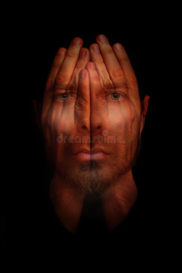 Begrepp för sömnlöshetsömnoordning - händer över öppna ögon royaltyfri foto