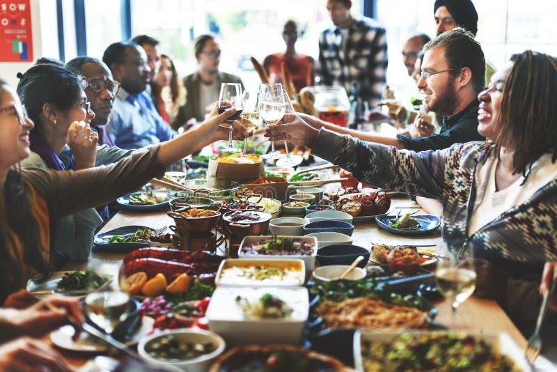 Begrepp för samhörighetskänsla för lycka för rostat bröd för folkjubelberöm arkivbilder