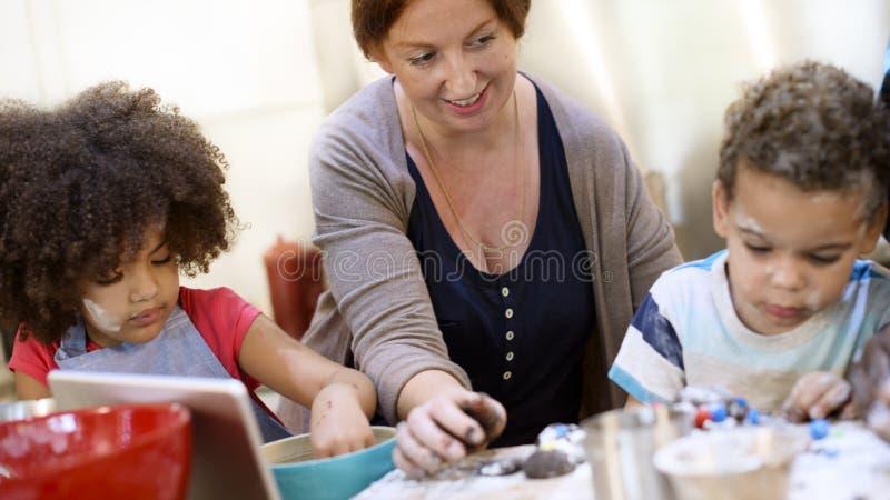 Begrepp för samhörighetskänsla för mat för familjmatlagningkök arkivfoton