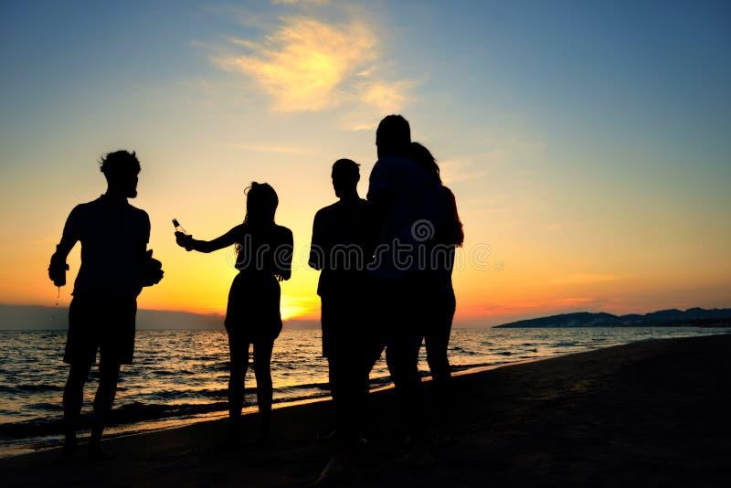 Begrepp för semester för ferie för sommar för parti för folkberömstrand arkivfoto