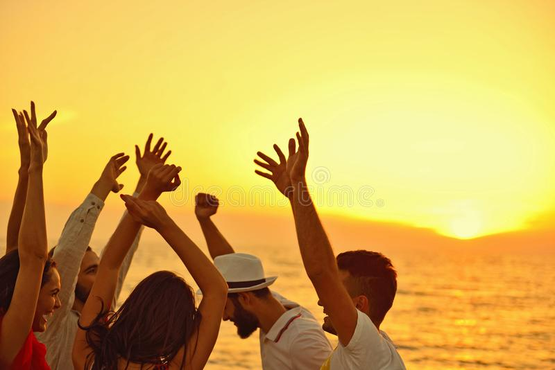 Begrepp för semester för ferie för sommar för parti för folkberömstrand fotografering för bildbyråer