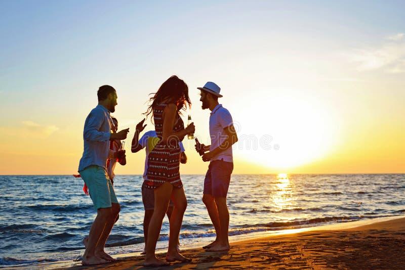 Begrepp för semester för ferie för sommar för parti för folkberömstrand arkivbild