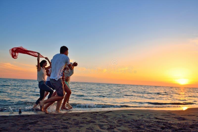 Begrepp för semester för ferie för sommar för parti för folkberömstrand royaltyfria bilder