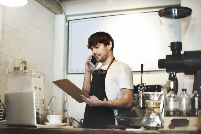 Begrepp för service för förberedelse för kaffe för Barista kafédanande fotografering för bildbyråer