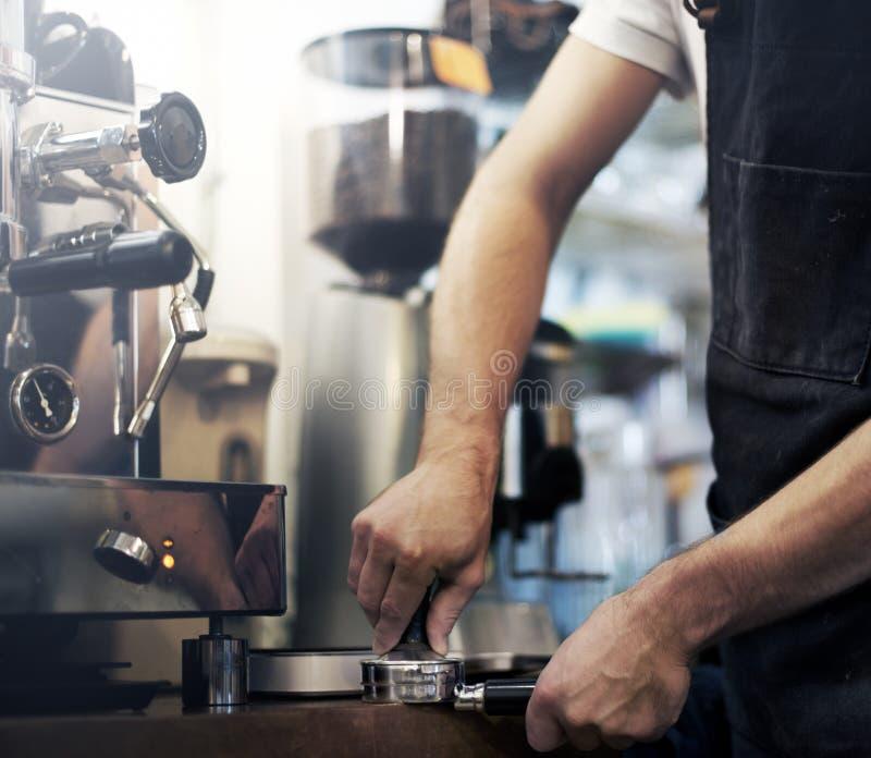 Begrepp för service för förberedelse för kaffe för Barista kafédanande royaltyfria foton