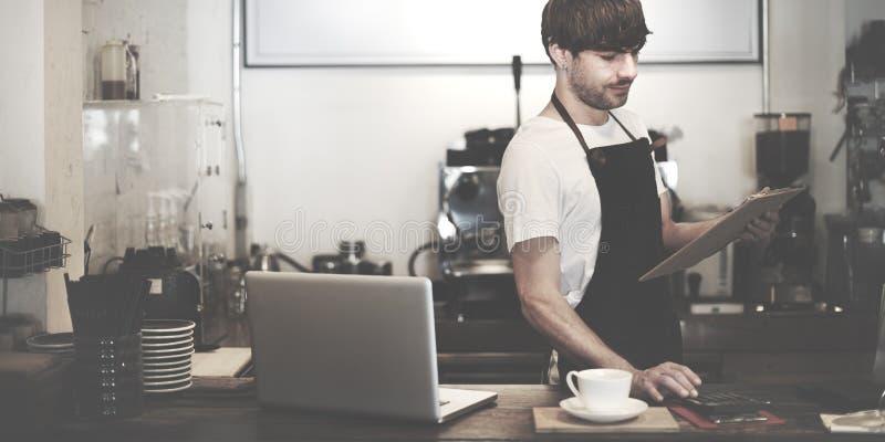 Begrepp för service för förberedelse för kaffe för Barista kafédanande royaltyfri bild