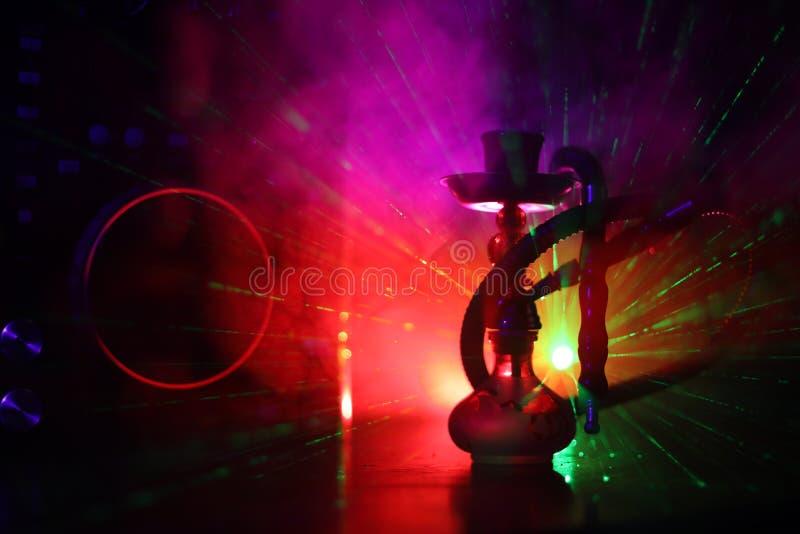 Begrepp för Shisha partiklubba Dj-blandare med på mörk nattklubbbakgrund med stilfull orientalisk shisha arkivfoto