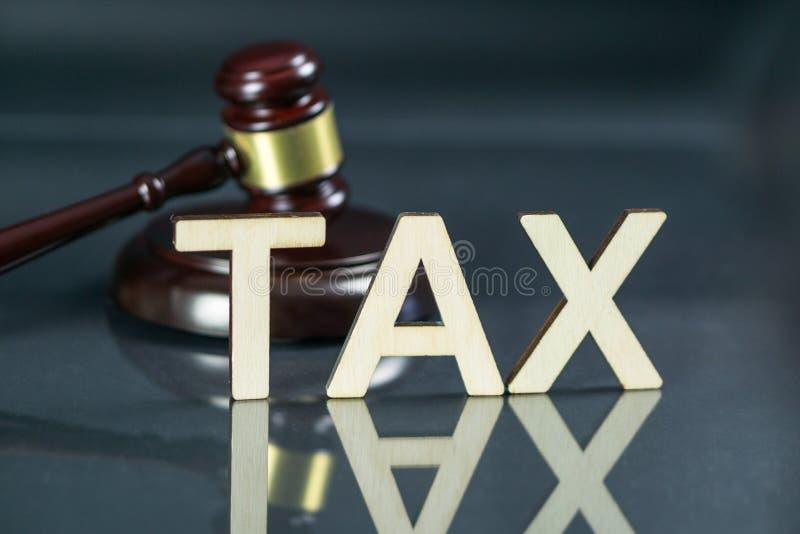 Begrepp för skattlag OrdSKATT med auktionsklubban och pengar på tabellen royaltyfria bilder