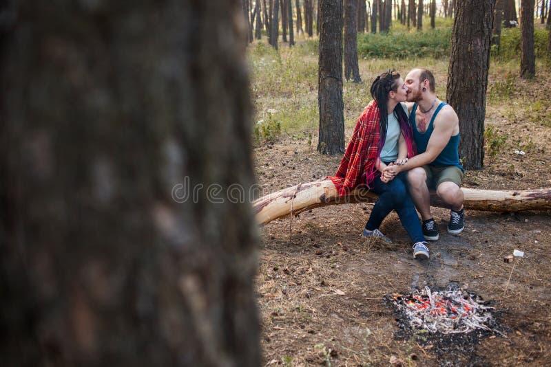 Begrepp för skog för brasa för picknick för parförälskelsenatur royaltyfri fotografi