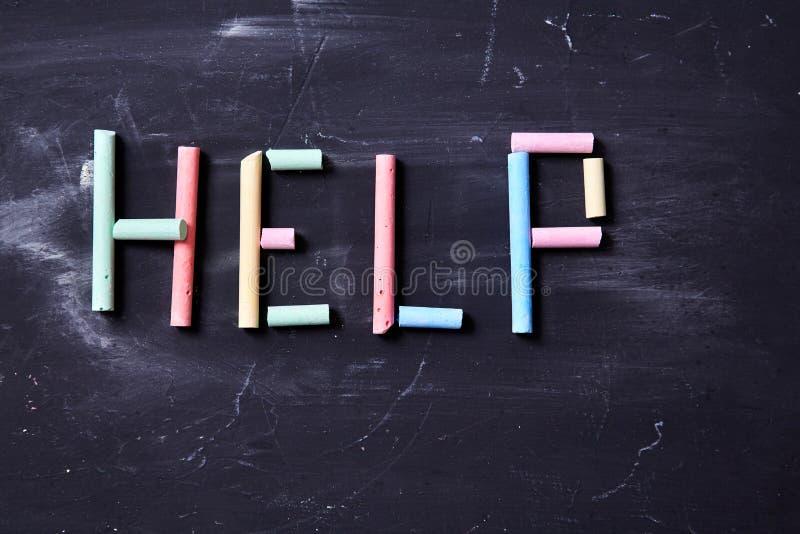 Begrepp för skräck, familjevåld och familj eller barnmisshandel Inskriften på hjälpen av färgad krita royaltyfri foto