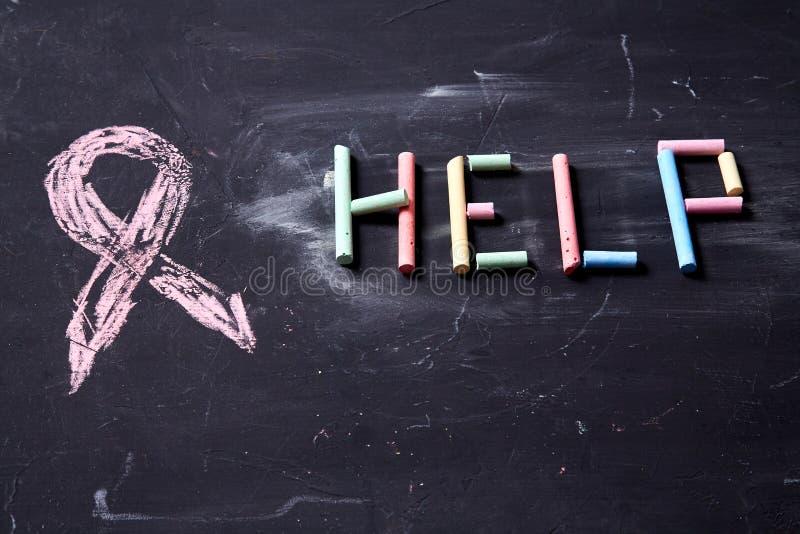 Begrepp för skräck, familjevåld och familj eller barnmisshandel Inskriften på hjälpen av färgad krita arkivfoton